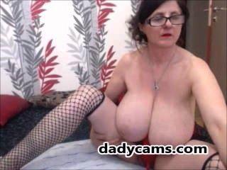Super Abuelita Con Enormes Tetas Naturales Y Gafas En La Webcam