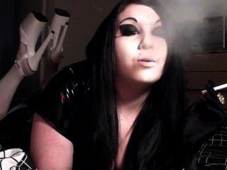 Princesa Fumo Financiero Domme Fumar En Tacones Plataforma
