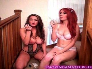 Dos Chicas Calientes Fumar Un Cigarrillo Y Teaser Nosotros Fetiche De Fumar