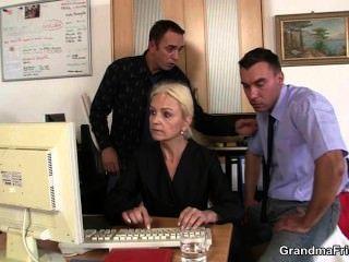 Ella Agrada Dos Pollas En La Entrevista De Trabajo