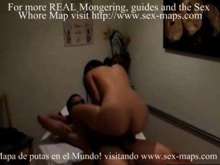 Prostituta Asiática En El Trabajo En La Sala De Masajes