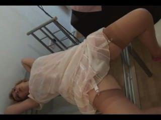 Rubia Madura Rubia Desnudándose Sobre La Mesa De Vidrio