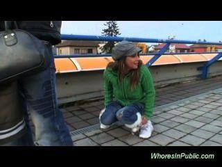 Joven Pareja Follando En La Estación De Autobuses